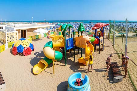 Overview of the children's area on the beach